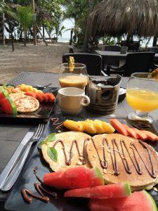 Desayuno Los Hermanos Hostal Costeño Beach